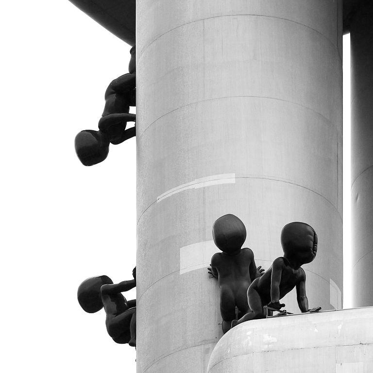 Bébés de David Cerny sur la Tour de télévision de Zizkov à Prague - Photo de Raimond Spekking