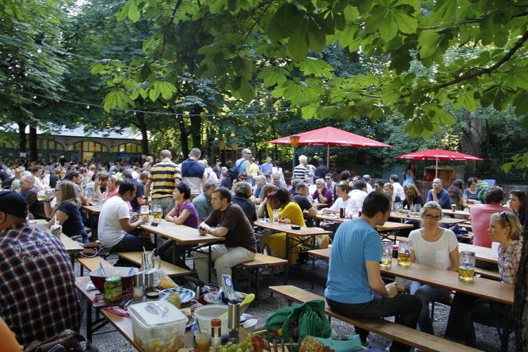 Le concept de jardin à bière version allemande et est européenne (on ne va pas chipoter) à Prague ou ailleurs. Photo de Henning Schlottmann (User:H-stt)