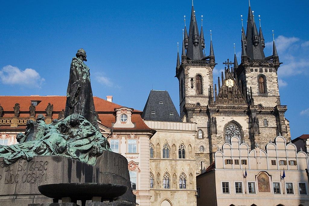 Statue de Jan Hus devant l'église Notre Dame de Tyn sur la place de la vieille ville de Prague.