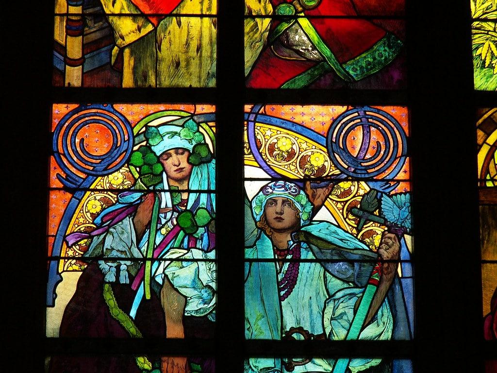 Vitraux Art Nouveau de Mucha dans la cathédrale Saint Guy dans l'enceinte du chateau de Prague (Quartier de Hradcany).