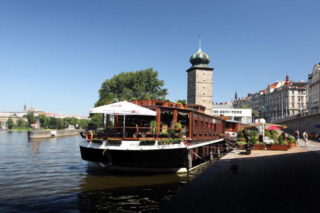 Hébergement insolite près de Prague : Belle péniche dans le centre.