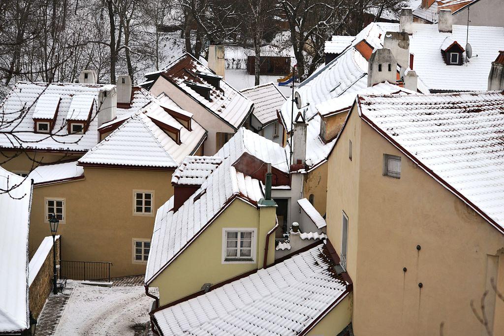 Toits enneigés de Novy Svet dans le quartier de Hradcany à Prague - Photo de David Sedlecky