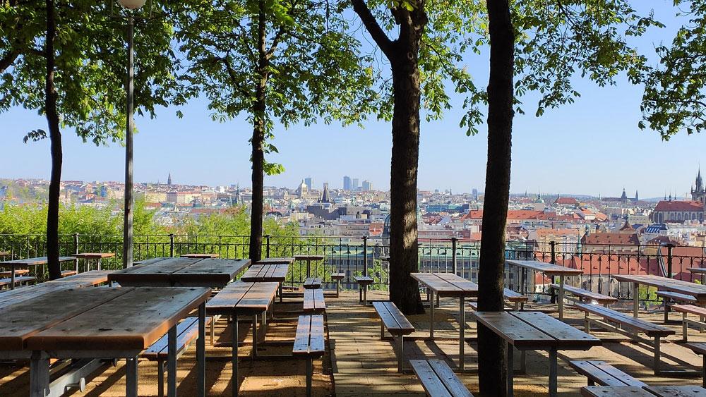 Parc de Letna dans le quartier de Holesovice avec sa vue sur Prague - Photo de Mariia F