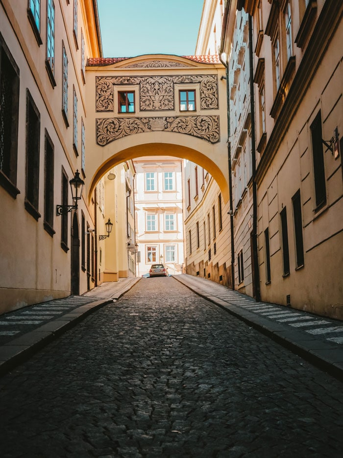 Rue pavée du quartier de Mala Strana à Prague - Photo de Denise Jans