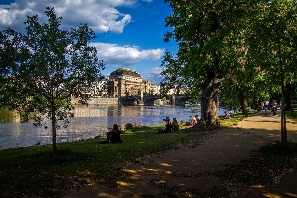 Sur l'une des îles de Vltava entre le quartier de Mala Strana et Nove Mesto à Prague