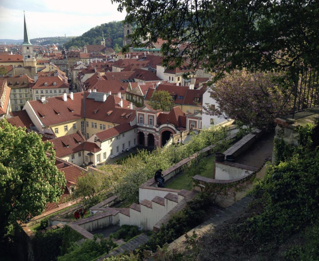 Accès au Chateau de Prague via les jardins dans le quartier de Mala Strana - Photo de Matěj Orlický
