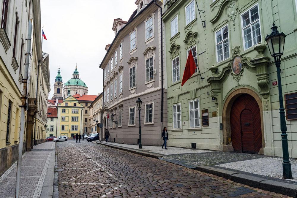 Rue pavée du quartier de Mala Strana à Prague - Photo de Matthew Cramblett