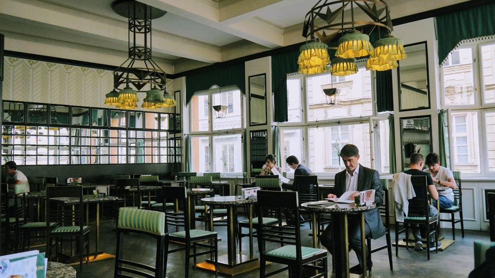 Dans le café cubiste de la Maison cubiste de la Vierge Noir. Photo de Rita Chou