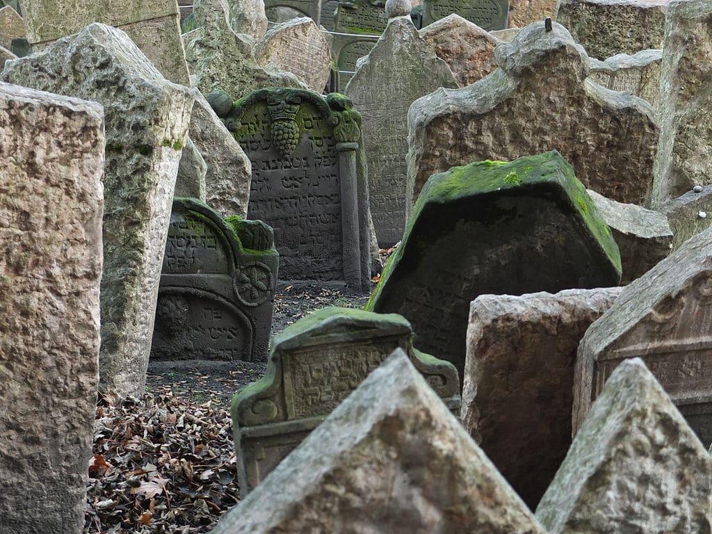 Dans le cimetière juif de Josefov à Prague - Photo de Miroslav Hurt