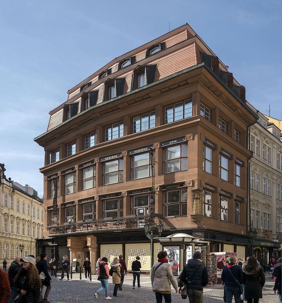 Maison et musée cubiste de la Vierge Noire dans la vieille ville de Prague. Photo de Thomas Ledl