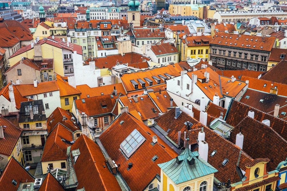 Vue sur les toits du quartier de la Vieille Ville de Prague - Photo de Jay Wennington