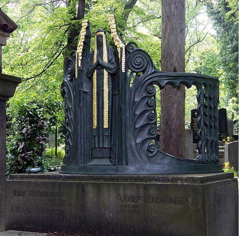 Tombe art nouveau dans le cimetière Olšany dans le quartier de Zizkov à Prague - Photo de Seauton
