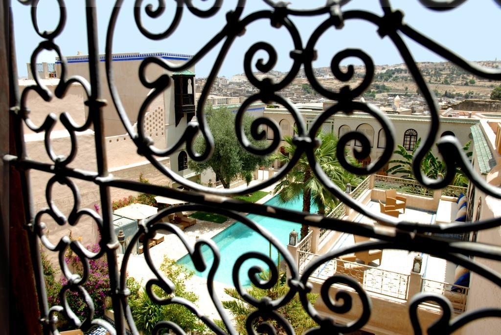 Hotel de charme à Fès : Vue sur le jardin et la piscine du Riad Alkantara.