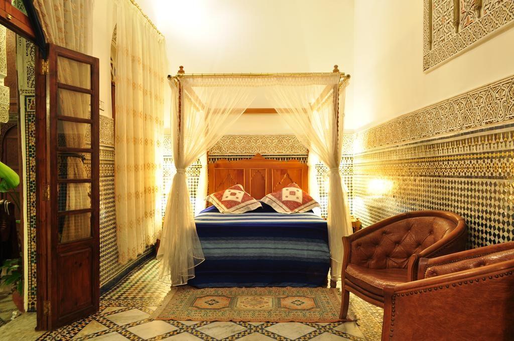 Chambre simple mais élégante du Riad Sara à Fès.