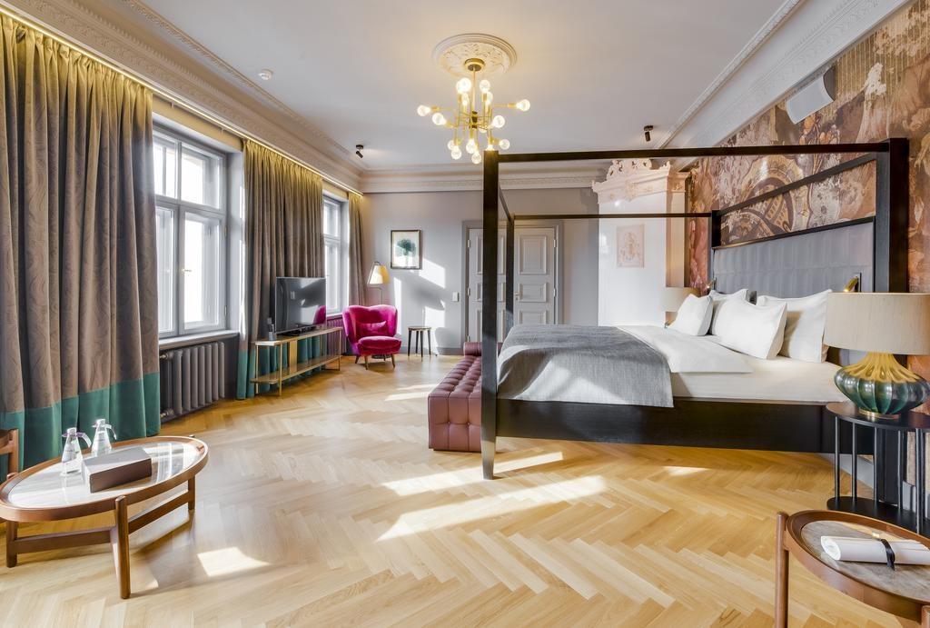 Gigantesque chambre de l'hôtel Grand Poet by Semarah à Riga.