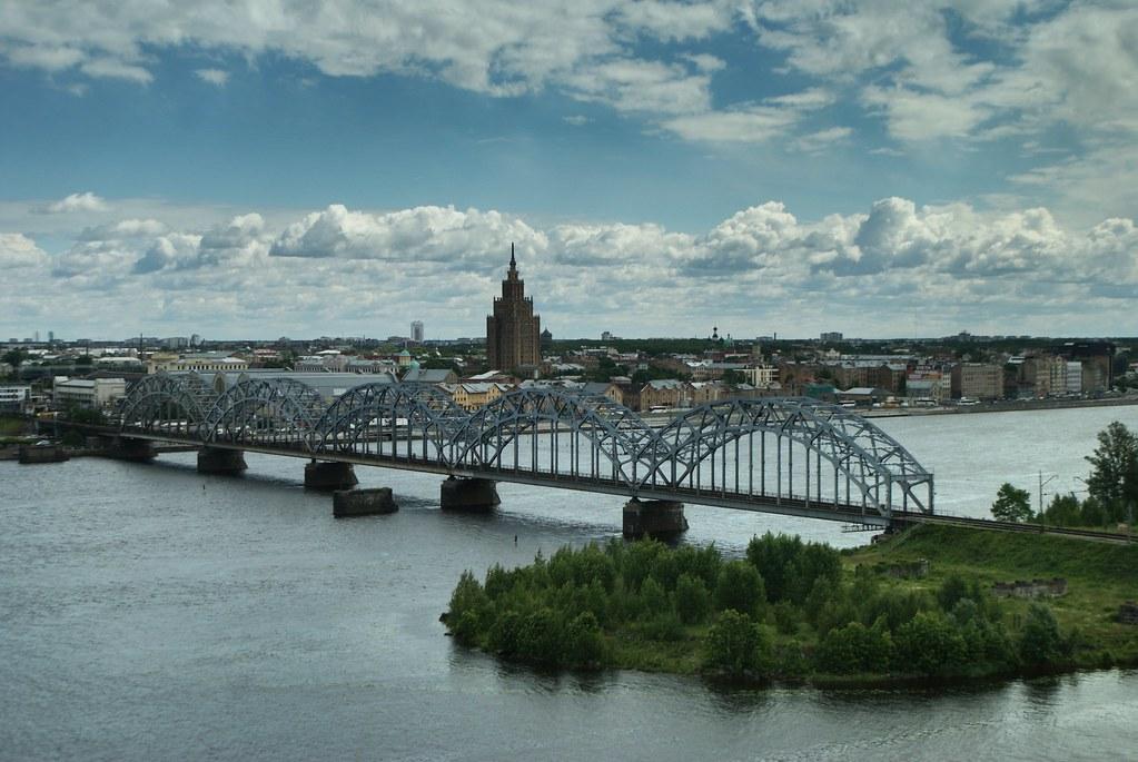 Vue depuis la Bibliothèque Nationale de Lettonie à Riga dans le quartier de Pardauvaga.