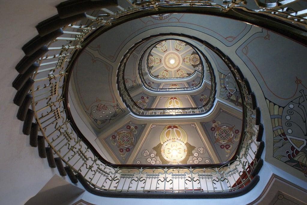 Somptueux escalier de l'immeuble accueillant le Musée d'Art Nouveau dans le quartier de Centrs à Riga.