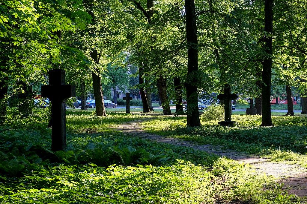 Dans le Grand Cimetière de Riga dans le parc de Mezaparks - Photo de Mārtiņš Bruņenieks