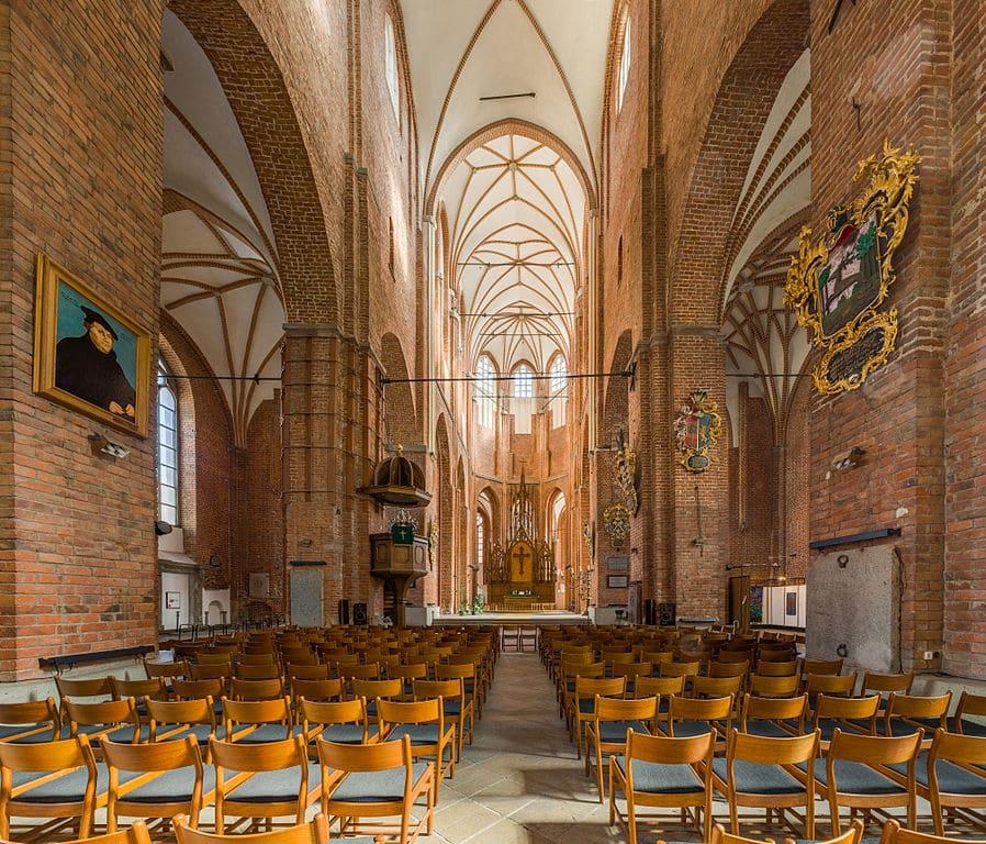 Belle église gothique Saint Pierre dans le centre historique de Riga - Photo de David Illiff