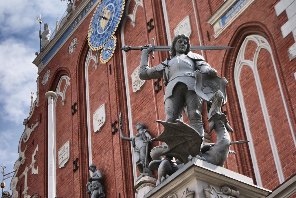 Statue de Saint George terrassant le dragon, symbole du mal devant la Maison des Têtes noires dans la vieille ville de Riga.