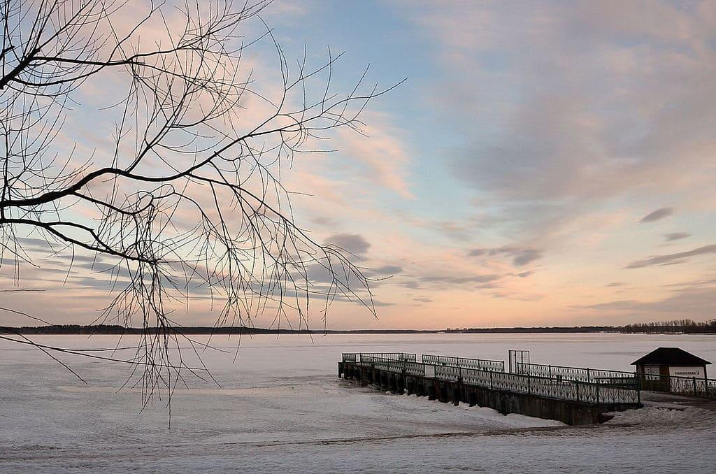 Lac Ķīšezers du parc de Mezaparks au nord de Riga. Photo de LVidealist