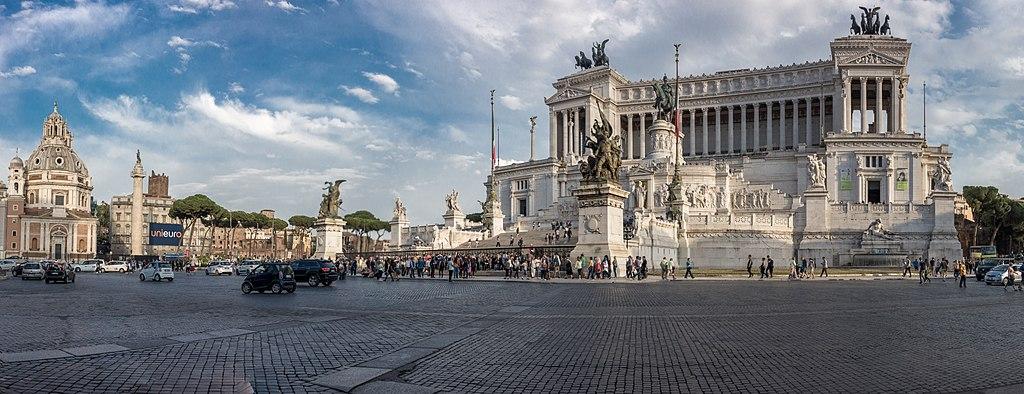 Piazza Venezia et le monument à Victor Emmanuel II dans le quartier antique de Rome - Photo de Fitzws