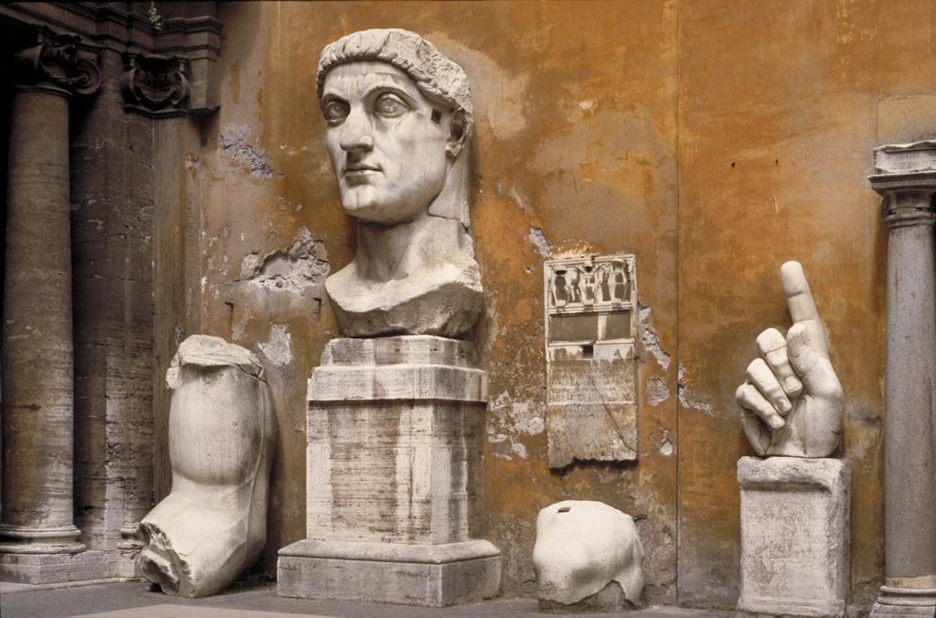 Tête et buste de l'Empereur Constantin dans le musée du Capitole dans le quartier antique de Rome. Photo de MCAD Library