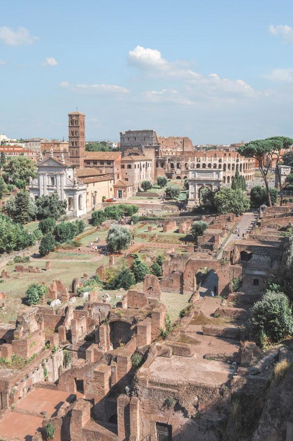 Vue sur le Forum romain depuis le Capitole dans le quartier antique de Rome - Photo de Renata Rodrigues