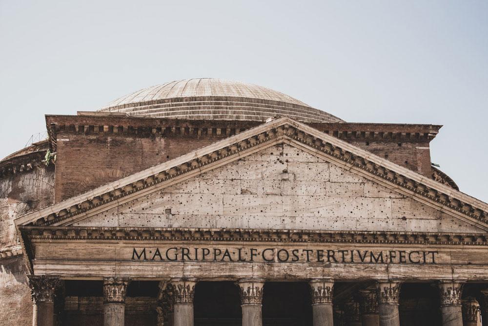 Fronton et toit du Panthéon dans le quartier historique de Rome - Photo de Jorgen Hendriksen