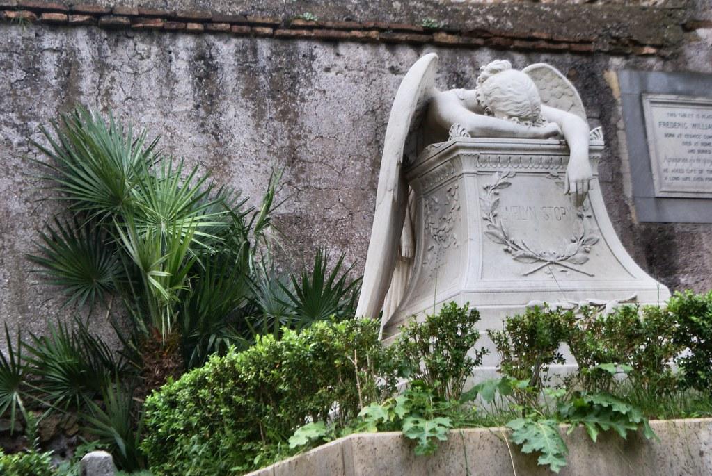 Sculpture d'un ange effondré de tristesse du cimetière protestant ou non-catholique de Rome.