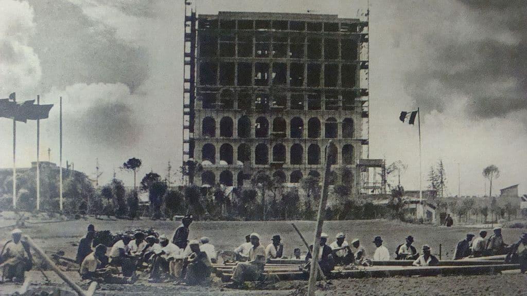 1940 : Construction du Palais du travail dans le quartier de l'EUR à Rome.