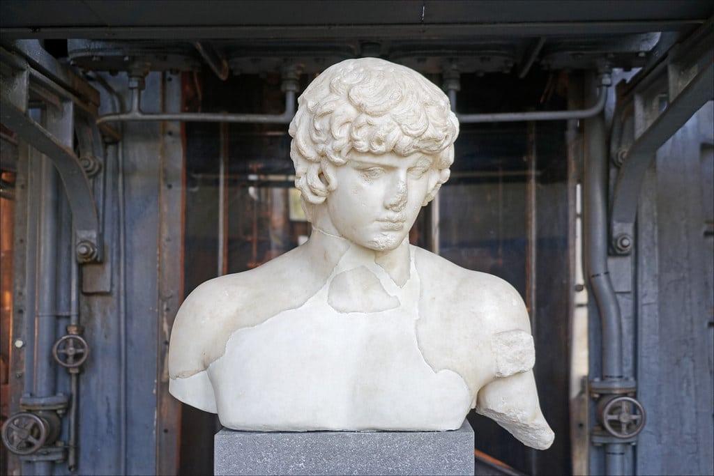Musée Centrale Montemartini à Rome : Statue d'Antinoüs mort en 130 noyé dans le Nil. Fou de chagrin, l'empereur Hadrien l'a déifié et a diffusé de multiples statues de son favori à travers l'Empire. Ici il est représenté sous les traits d'Apollon. Photo de Jean Pierre Dalbéra.