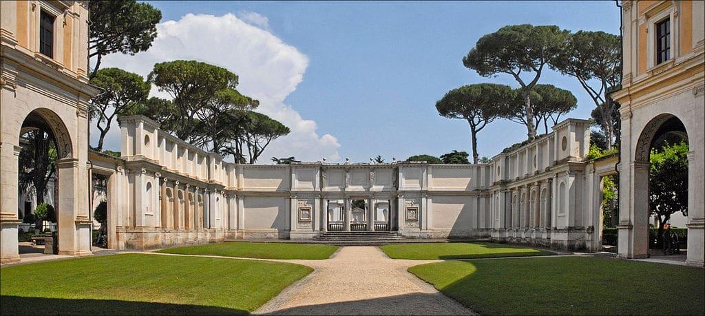 Dans la cour de la Villa Giulia, musée d'art étrusque dans le parc Borghese à Rome - Photo Jean Pierre Dalbéra