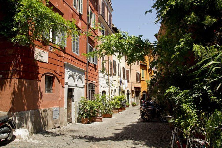 > Ruelle fleurie du quartier du Trastevere à Rome - Photo de trolvag