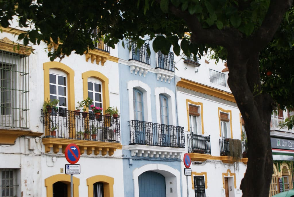 > Façades dans le quartier de Triana à Séville en bordure du fleuve Gadalquivir.