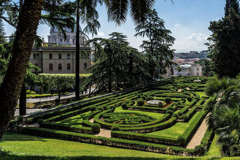 Vue sur les jardins du Vatican à Rome. Photo de Marco Rosanova