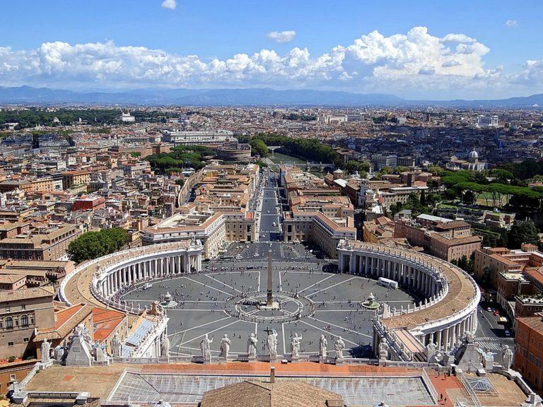 Vue sur le Vatican et par delà sur Rome depuis la coupole de la basilique Saint Pierre - Photo d'Anne Offermanns