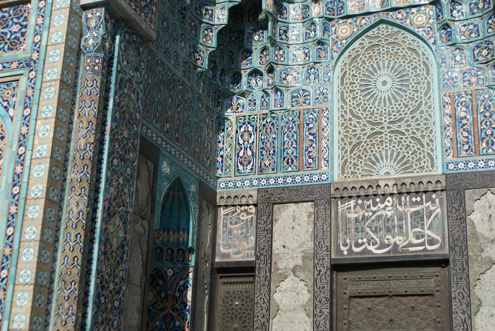 Zelliges, mosaiques et calligraphie de la façade de la Grande mosquée de Saint Petersbourg.