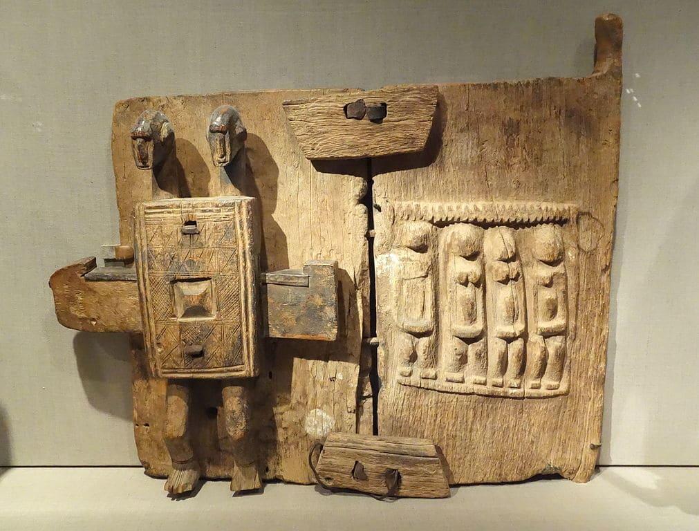 Porte de grenier dogon au Mali (Début 1900) au Young Museum de San Francisco.