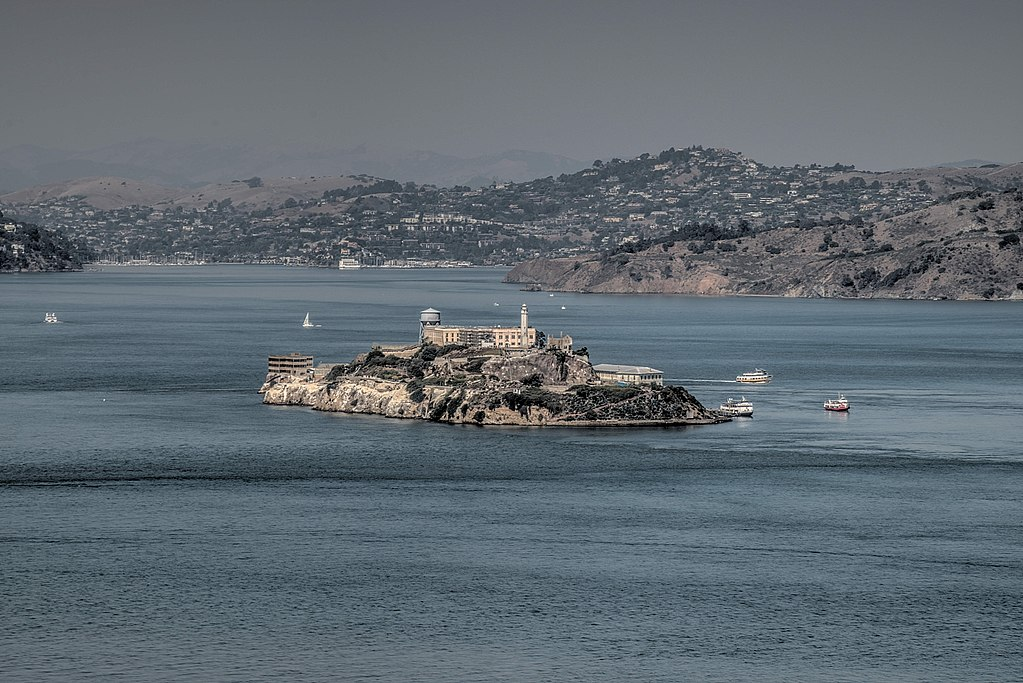 Vue sur la prison d'Alcatraz depuis la Coit Tower à San Francisco - Photo de Dsdugan