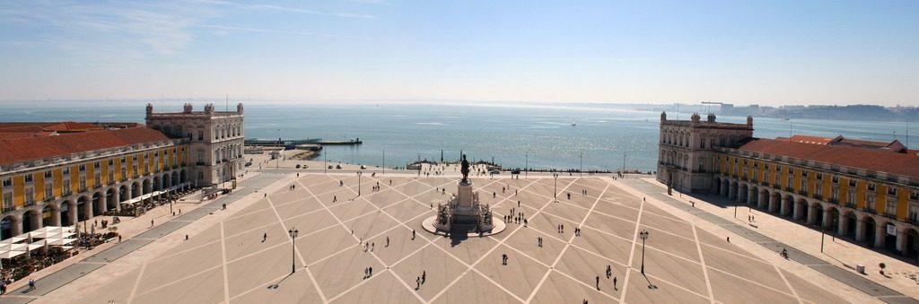 Vue sur la place du commerce depuis l'arc de triomphe à Lisbonne.