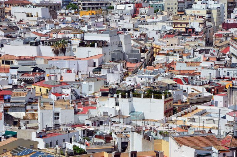 Vue sur le quartier de Santa Cruz de Séville depuis la Giralda, la tour de cathédrale.