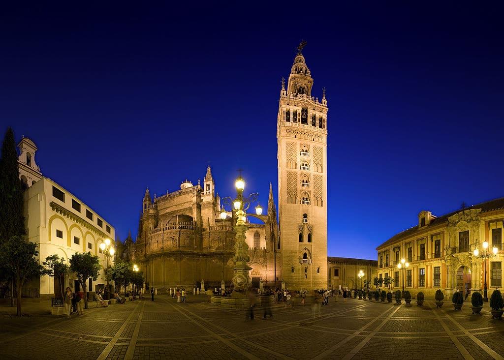 La Giralda dans le quartier de Santa Cruz à Séville à la tombée de la nuit – Photo by DAVID ILIFF. License: CC-BY-SA 3.0
