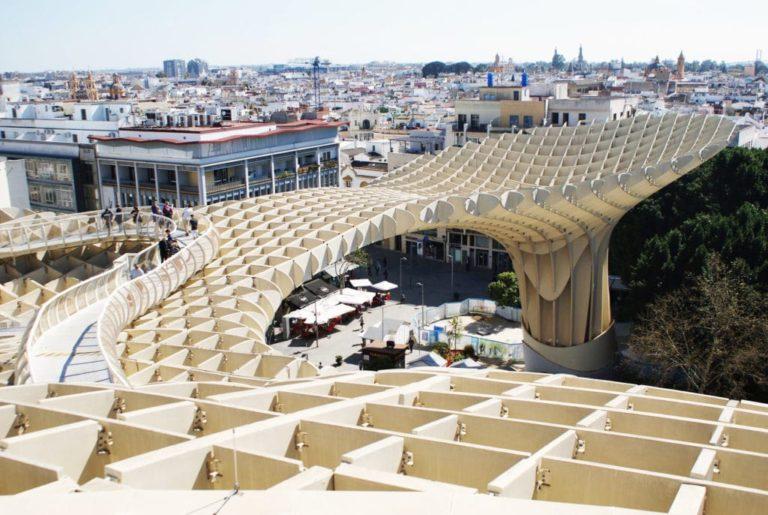 """> Vue sur les toits de la Vieille Ville de Séville depuis """"les champignons"""" ou """"las Setas""""."""
