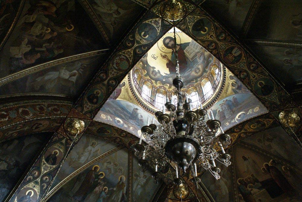 Intérieur de l'église de la Dormition de la Sainte Mère de Dieu à Saint Petersbourg