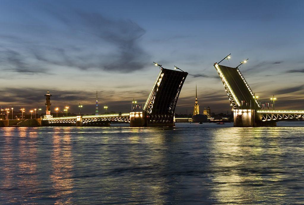 Levée des ponts sur la Néva pendant les nuits blanches à Saint Petersbourg. Photo de Markklimyuk9000