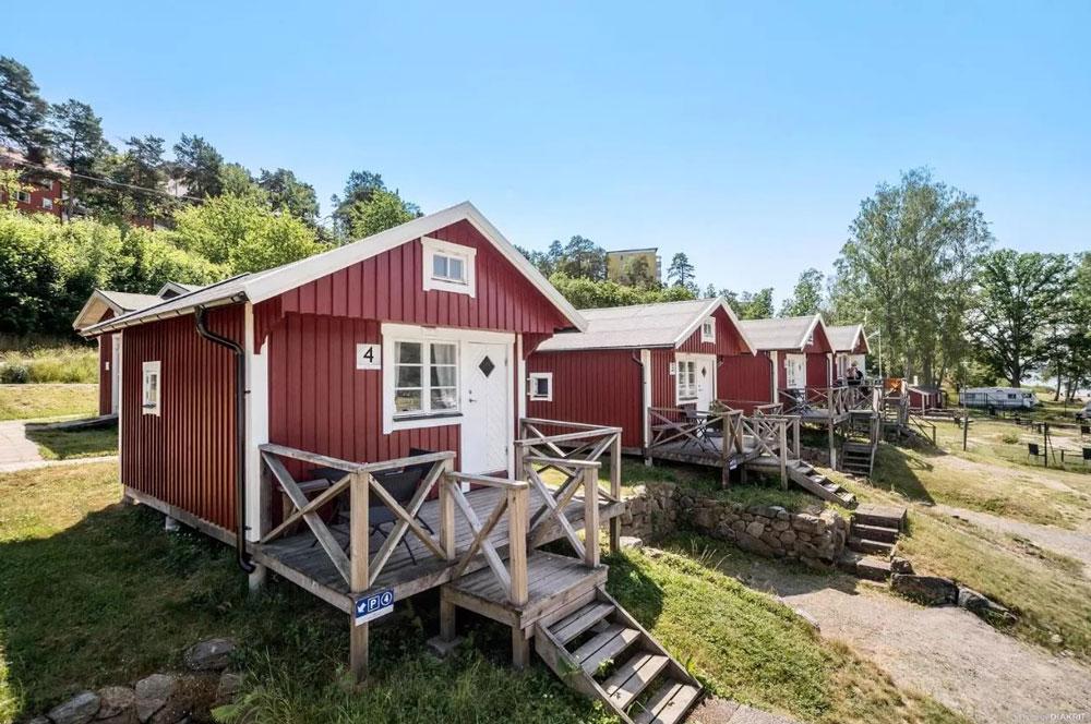 Bungalows en bois sur le camping près de Stockholm