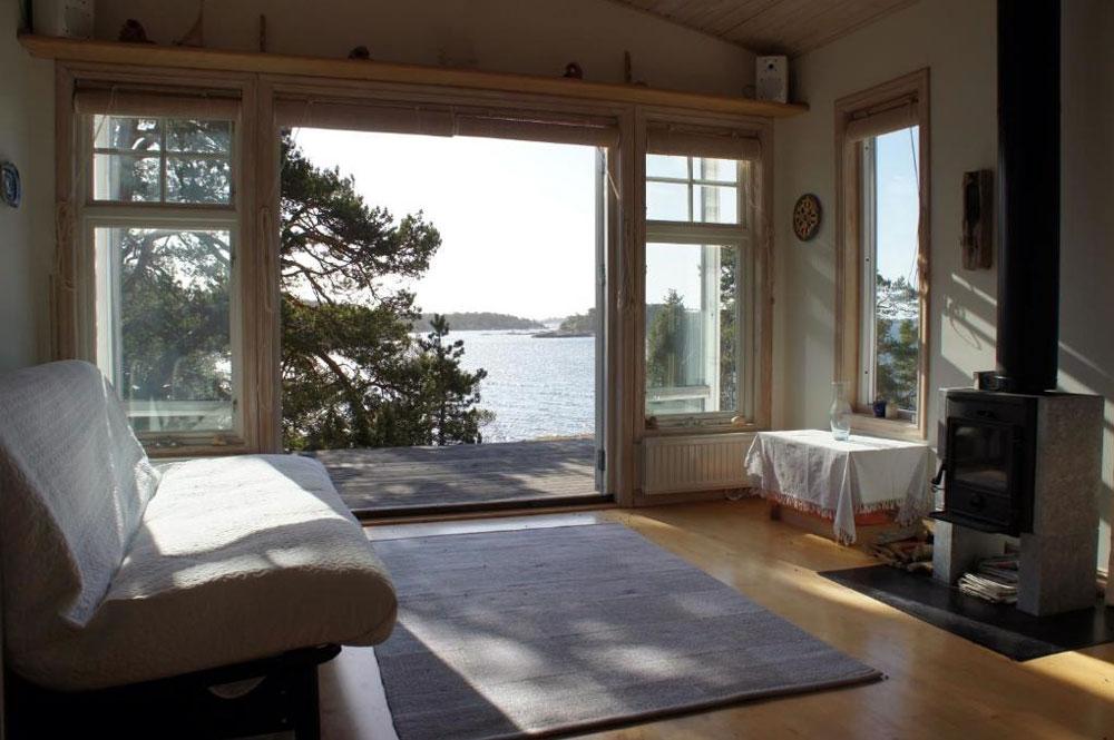 Vue depuis le chalet en bois sur l'une des îles de l'archipel de Stockholm.