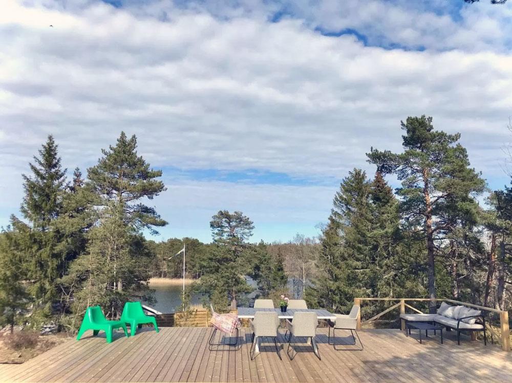 Belle terrasse devant le chalet de bois près de Stockholm.