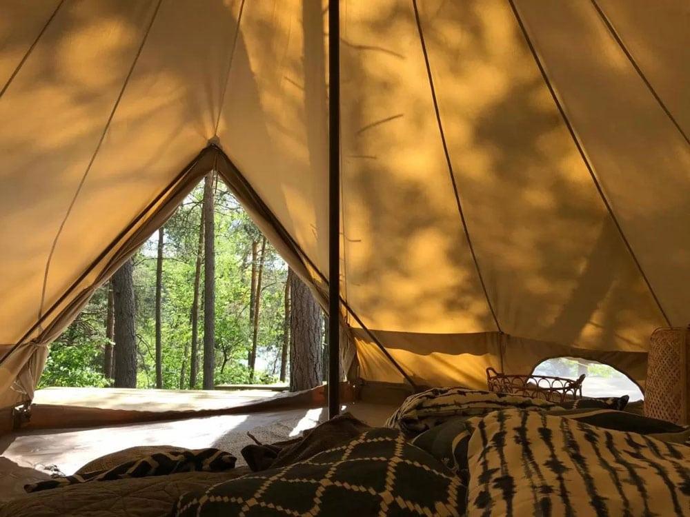 Dans la tente-tipi-yourte près de Stockholm.